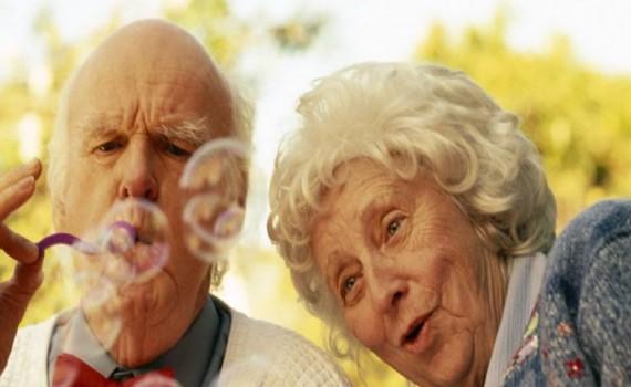 casal-de-idosos-brincando-2c97e1