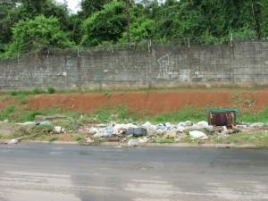 lixo na rua jacutinga enfrente a odebrecht